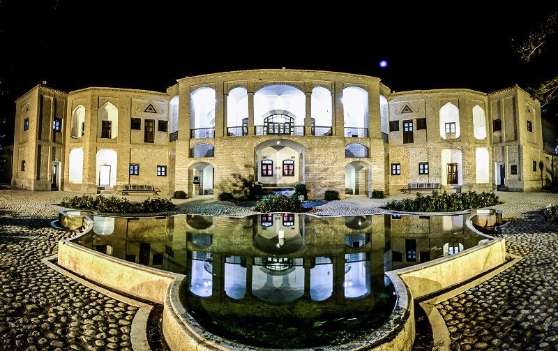 مرمت تزئینات ایوان عمارت باغ اکبریه میراثی که بیرجند را جهانی کرد