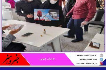 همسر و پسر شهید نجفی با عکس عزیزشان برای سربلندی ایران اسلامی در انتخابات شرکت کردند